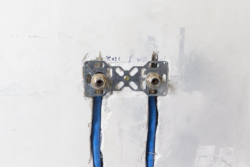 Conduites d'eau faites de polypropylène PEX dans le mur, mettant d'aplomb dans la maison Installation des conduits d'égout dans u images libres de droits