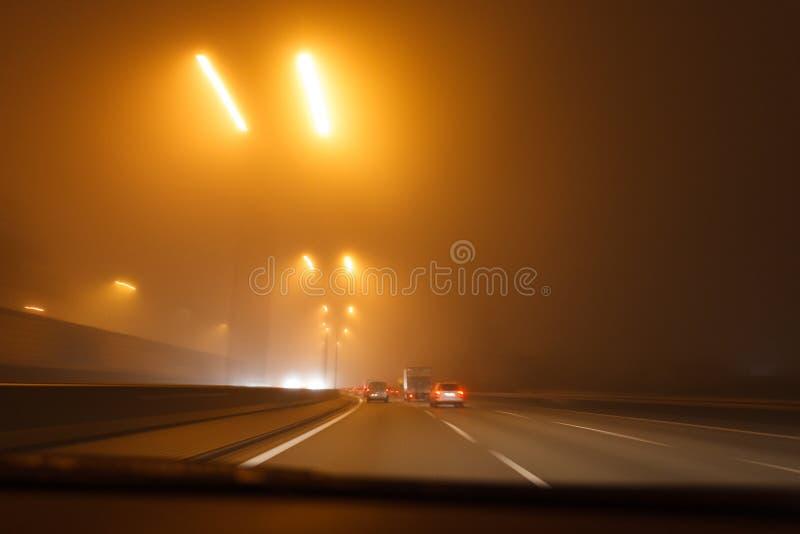Condurre un'automobile nel maltempo fotografia stock libera da diritti