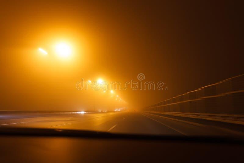 Condurre un'automobile nel maltempo fotografia stock