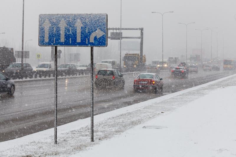 Condurre un'automobile nel maltempo, caduta della forte nevicata immagini stock libere da diritti