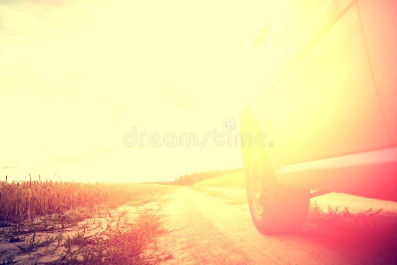 Condurre un'automobile su una strada non asfaltata rurale fotografie stock libere da diritti