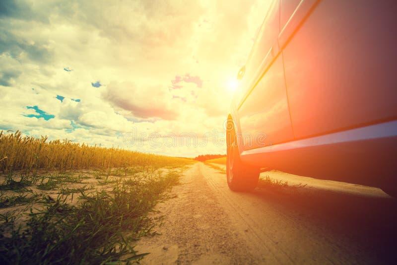 Condurre un'automobile su una strada non asfaltata rurale fotografia stock libera da diritti