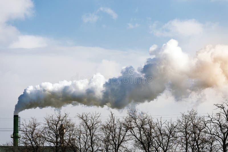 Conduto da fábrica e vapor de água imagens de stock royalty free