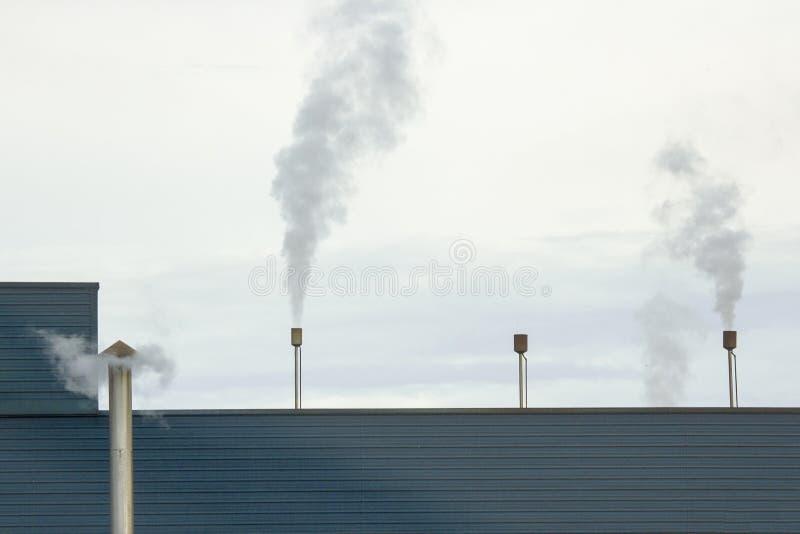 Conduto do vapor da chaminé e vapor da liberação fotografia de stock royalty free