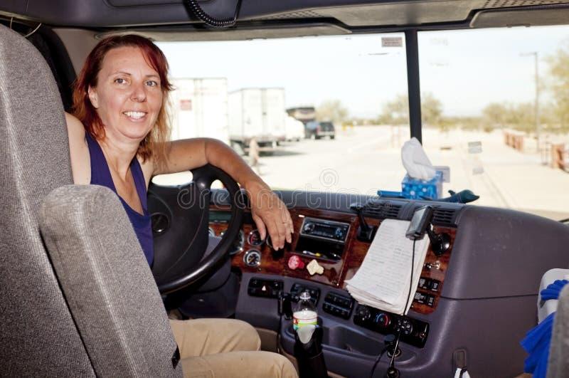 Condutor de camião da mulher na roda fotos de stock