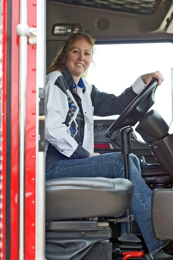 Condutor de camião de sorriso da mulher fotografia de stock