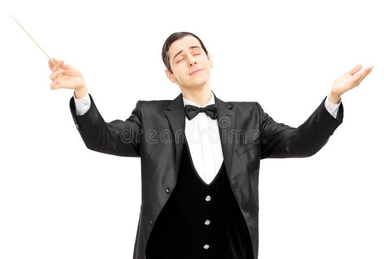 Condutor de orquestra masculino que dirige com bastão foto de stock royalty free