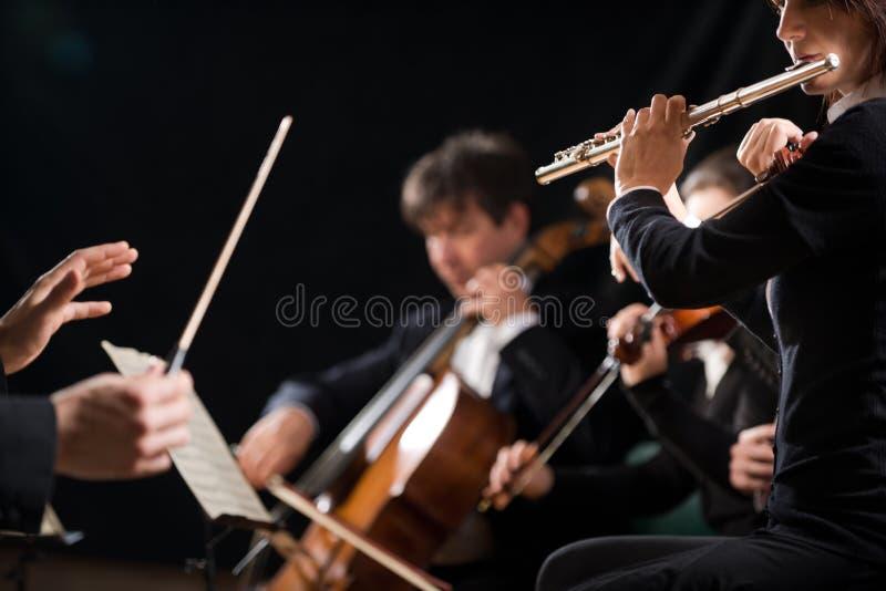 Condutor que dirige a orquestra sinfônica foto de stock