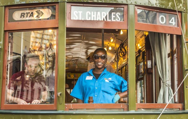 Conduttore amichevole nella vecchia linea di St Charles dell'automobile della via fotografie stock