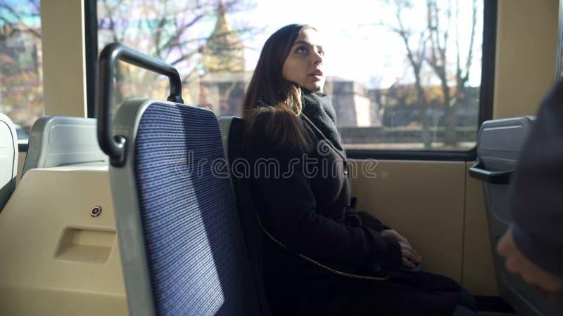 Conduttore del bus che controlla il biglietto femminile del passeggero, trasporto pubblico, viaggio fotografie stock libere da diritti