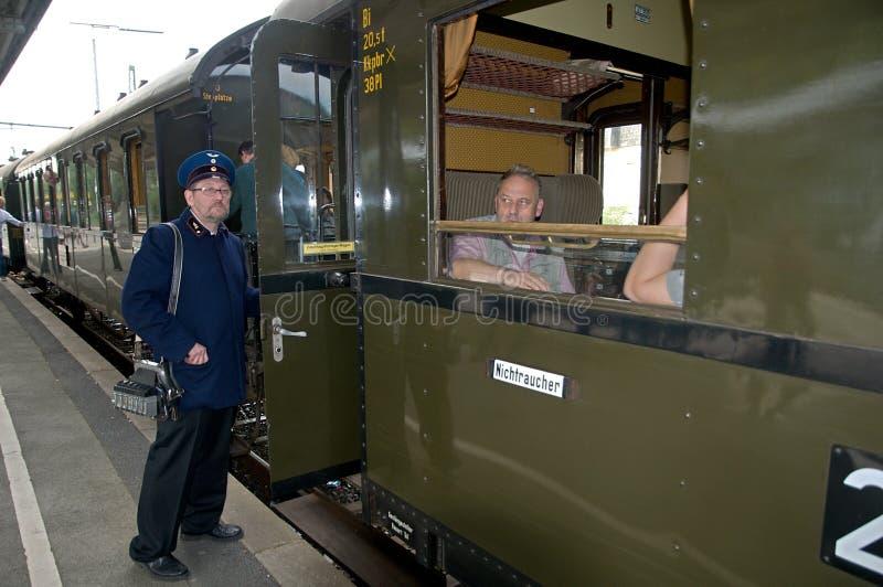 Conduttore di treno che fluttua sul treno fotografia stock libera da diritti
