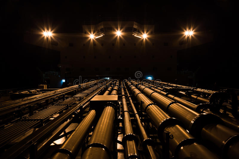 Conduttura e sovrastruttura dell'autocisterna alla notte fotografia stock libera da diritti