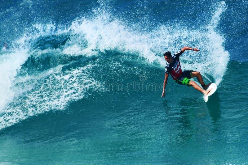 Conduttura praticante il surfing di Evan Valiere del surfista in Hawai fotografie stock libere da diritti