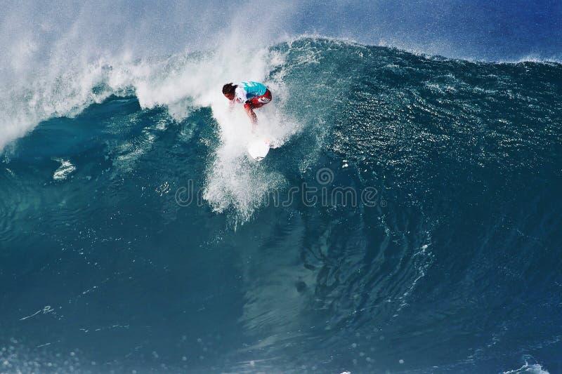 Conduttura praticante il surfing di Julian Wilson del surfista in Hawai immagini stock libere da diritti