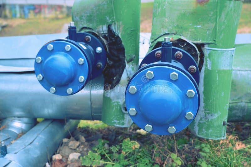 Condutture dai tubi d'acciaio piegati, un sistema per i liquidi di pompaggio o gas fotografie stock libere da diritti