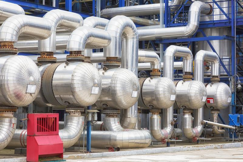 Condutture e carri armati di destillation di una pianta della petrolio-raffineria fotografia stock
