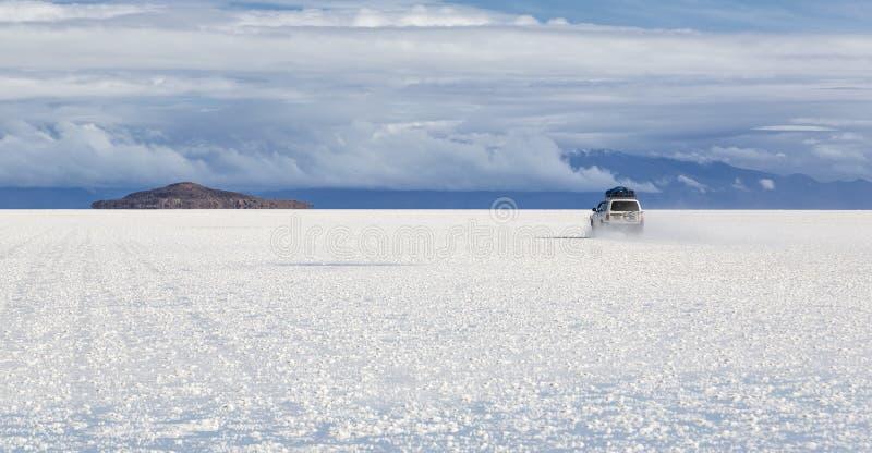 Conduza a Isla Incahuasi em Salt Lake Uyuni & x28; bolivia& x29; fotografia de stock