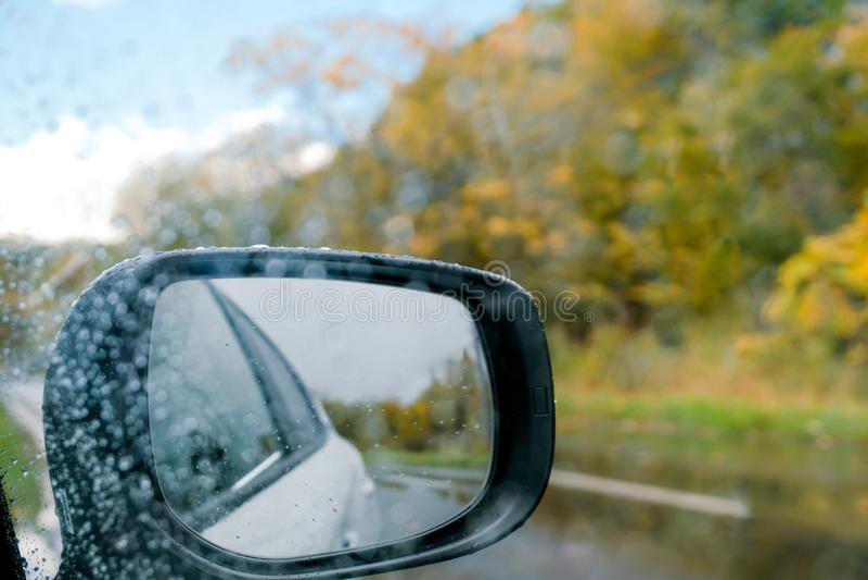 Conduzca en día lluvioso Mún tiempo en el camino en la caída y el otoño S imagenes de archivo