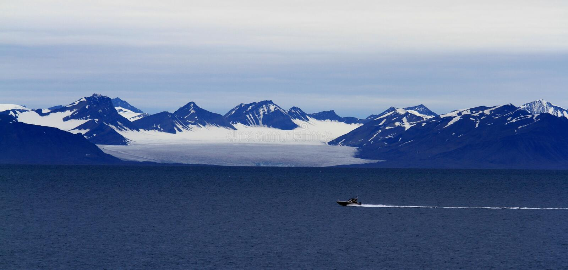 Conduzca en el fiordo ártico imagen de archivo