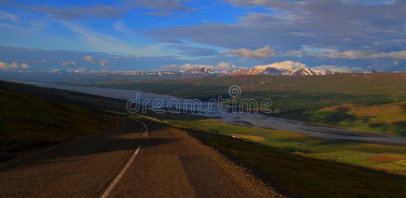 Conduzindo ao lago Lagarfljot, Islândia imagem de stock