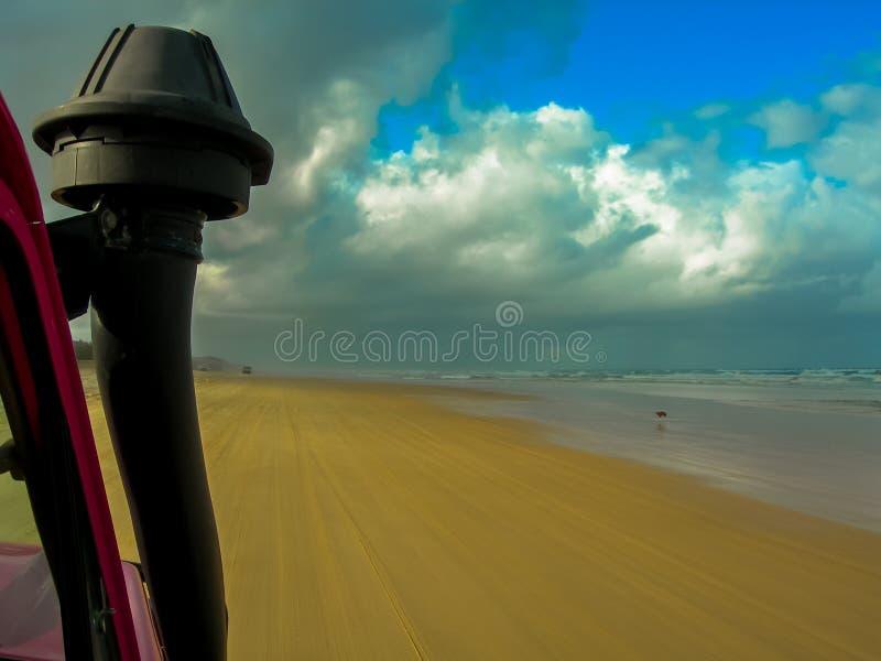 Conduzindo as praias impressionantes de Fraser Island, Austrália fotografia de stock royalty free