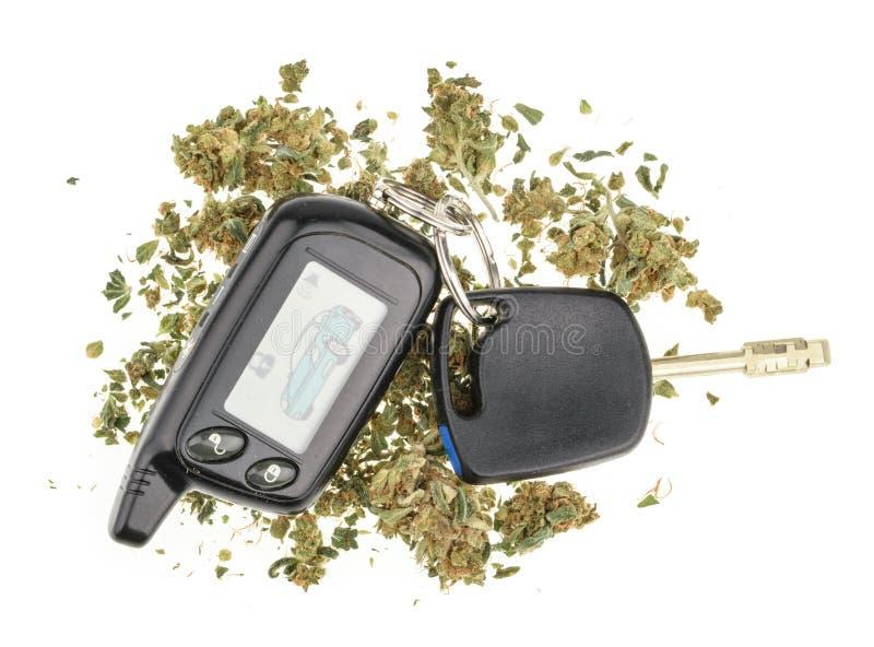 Conduzindo a chave da elevação, da marijuana e do carro isolada no branco imagens de stock