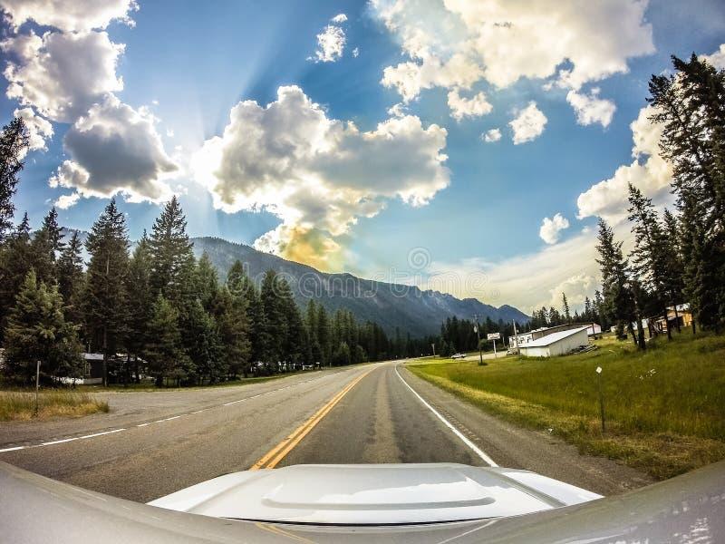 Conduzindo com as paisagens vastas da montanha de montana, fotografia de stock royalty free
