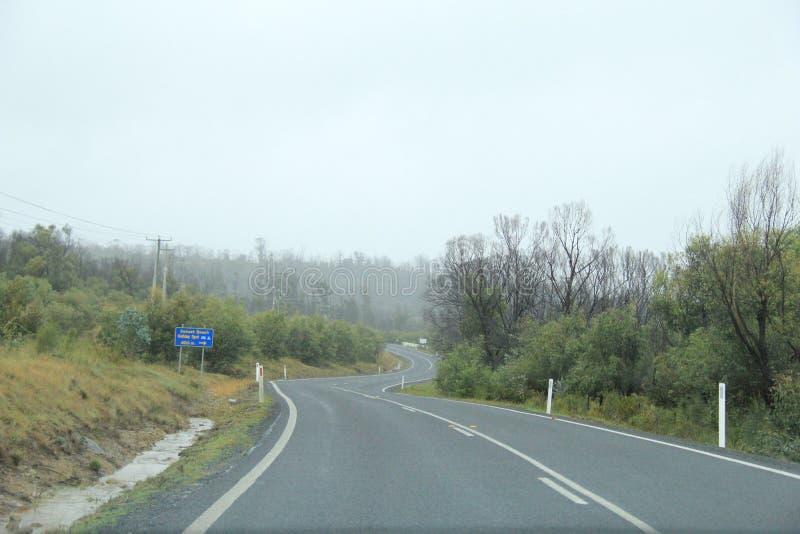 Conduzindo a Dunalley em Arthur Road, Tasmânia imagem de stock royalty free