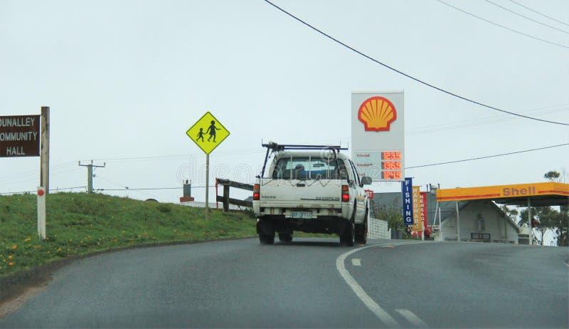 Conduzindo em Arthur Road, Tasmânia fotos de stock