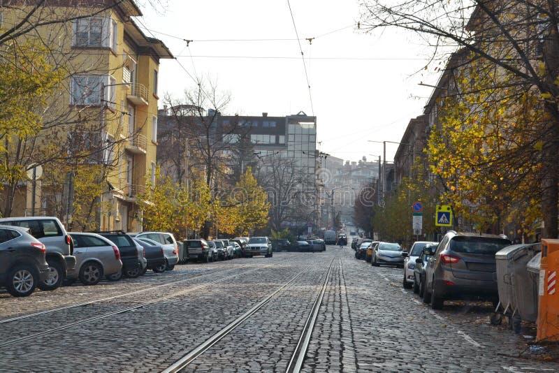 Conduzindo em uma estrada pavimentada de pedra em Sófia, a capital de Bulgária imagens de stock royalty free
