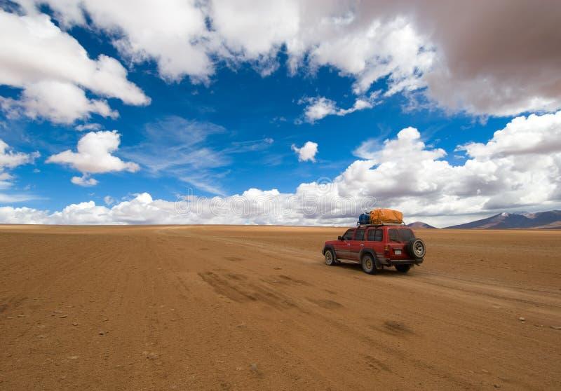 Conduzindo a estrada do deserto fotos de stock royalty free