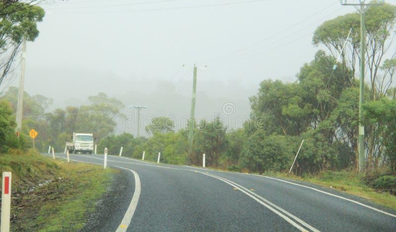 Conduzindo na curva que enrola Arthur Road, Tasmânia fotografia de stock