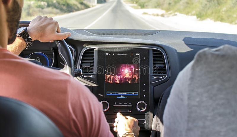 Conduzindo o carro com o navegador do monitor do perseguidor dos gps imagem de stock royalty free