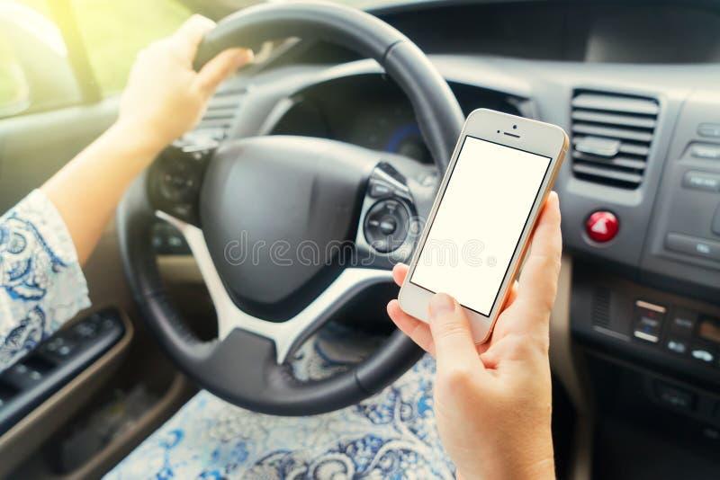 Conduzindo o carro e o telefone fotografia de stock royalty free
