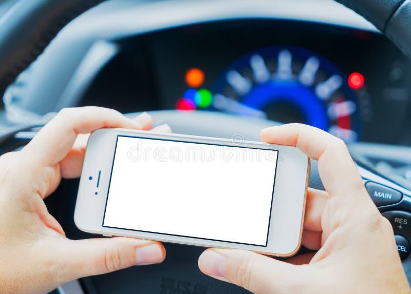Conduzindo o carro e o telefone fotografia de stock