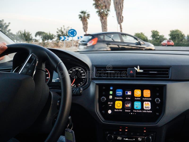 Conduzindo o carro rápido com o carro de Apple no painel imagens de stock royalty free