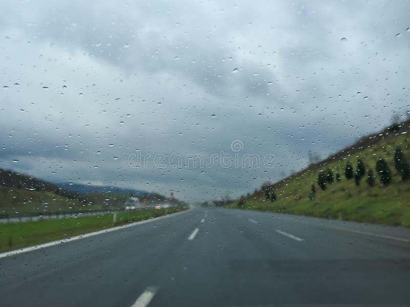 Conduzindo o dia chuvoso na estrada imagens de stock royalty free