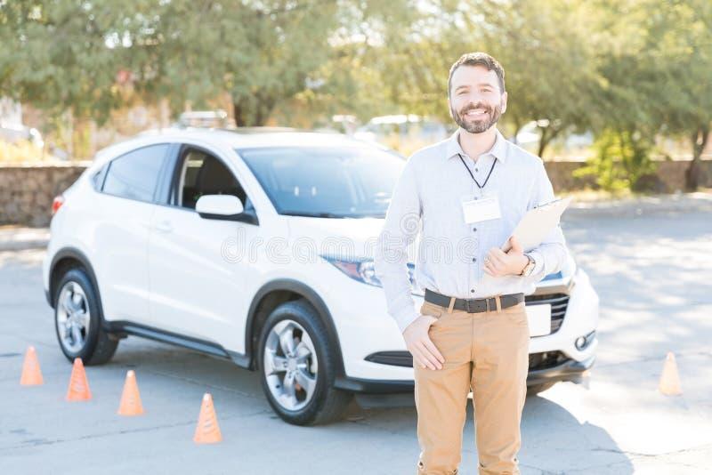 Conduzindo o professor Smiling Against Car foto de stock