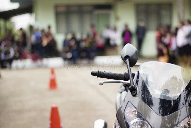 Conduzindo uma motocicleta segura tenha o espaço para escrever o texto imagens de stock royalty free