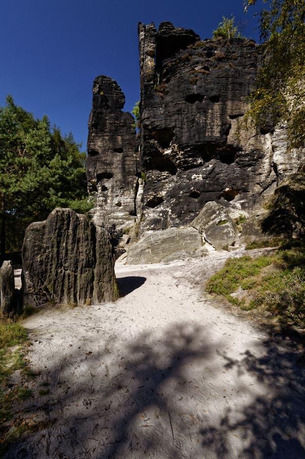 Conduzione al suolo sabbiosa leggera attraverso la roccia più piccola alle formazioni rocciose più alte fotografie stock libere da diritti