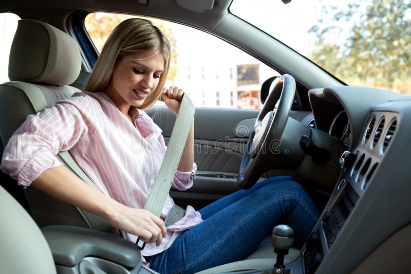 Conduzir com seatbelt é a maneira correta de conduzir imagem de stock
