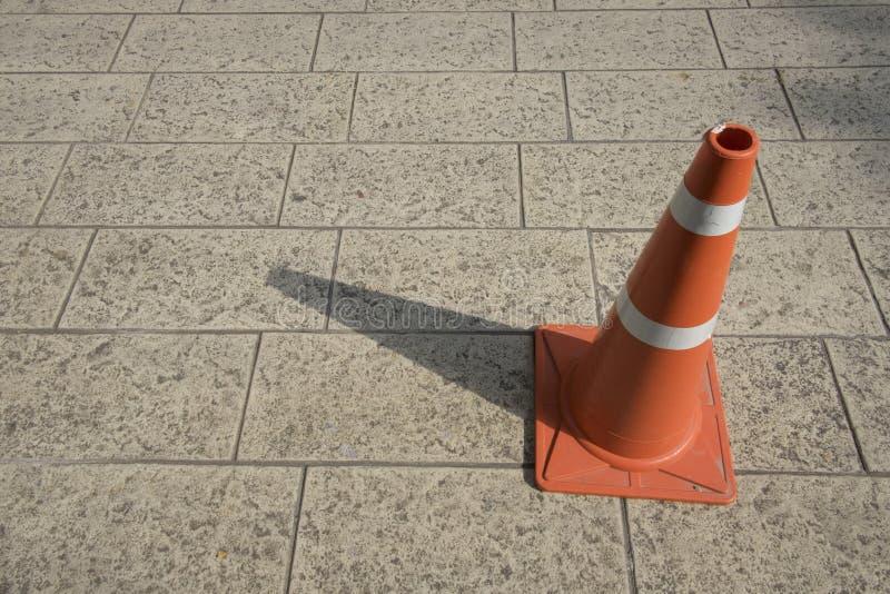 Cone alaranjado do tráfego no pavimento Luz e sombra no engodo do tráfego imagem de stock royalty free