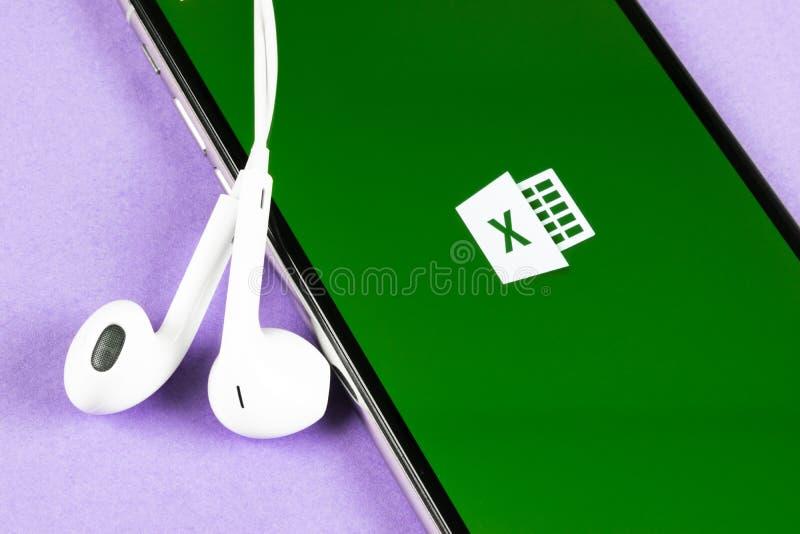 ?cone da aplica??o de Microsoft Excel no close-up da tela do iPhone X de Apple ?cone do app de Excel do Microsoft Office Microsof fotos de stock royalty free