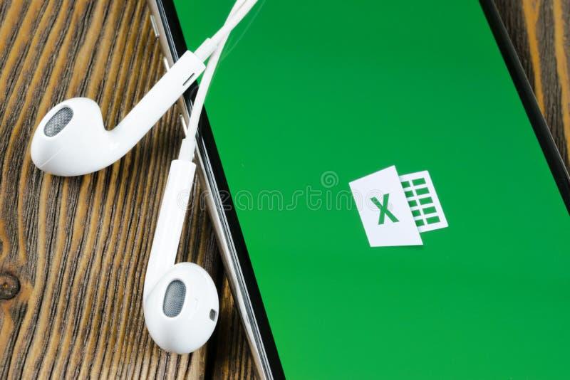 ?cone da aplica??o de Microsoft Excel no close-up da tela do iPhone X de Apple ?cone do app de Excel do Microsoft Office Microsof fotografia de stock royalty free
