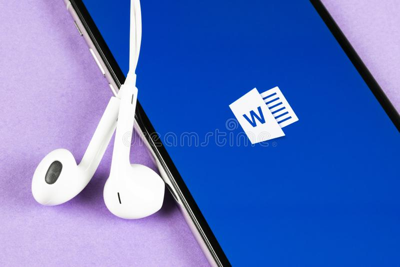 ?cone da aplica??o de Microsoft Word no close-up da tela do iPhone X de Apple ?cone da palavra do Microsoft Office Microsoft Offi imagem de stock
