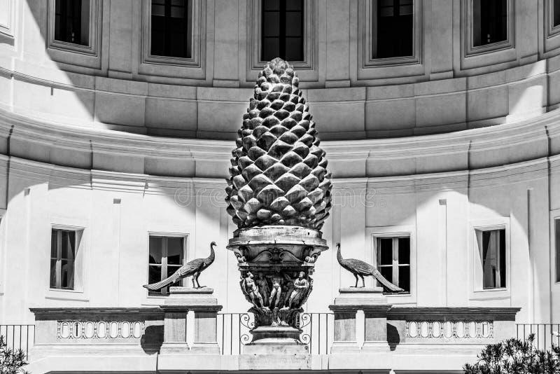Cone de bronze do pinho, italiano: Della Pigna de Fontana, no p?tio do Pigna de museus do Vaticano, Cidade Estado do Vaticano foto de stock royalty free