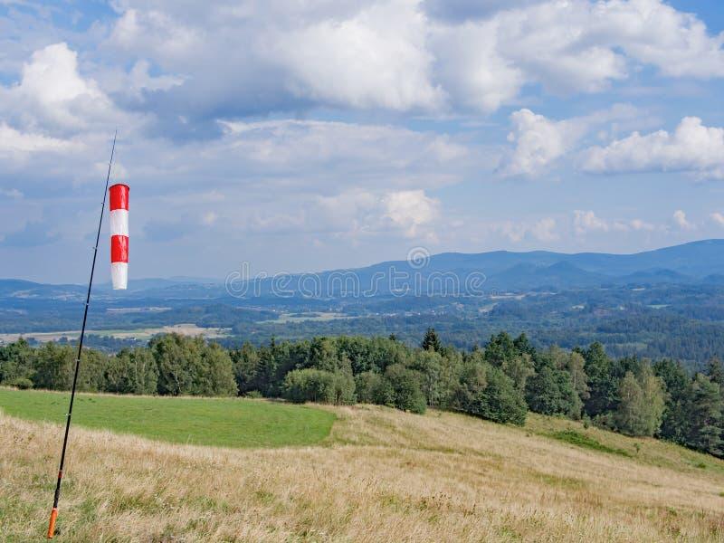Cone de vento vermelho e branco em Hilly Landscape foto de stock