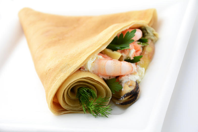 Cone do crepe com o alimento de mar, isolado fotografia de stock royalty free