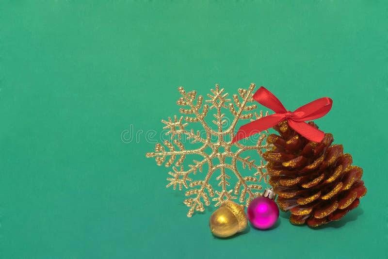 Cone do pinho da decoração do Natal com sparkles, o floco de neve brilhante e a bolota dourada feito a mão foto de stock