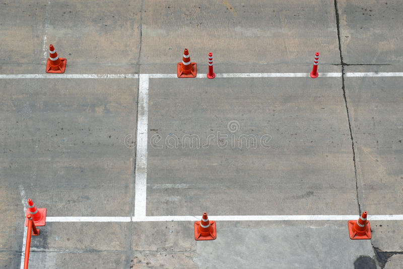Cone do tráfego na estrada foto de stock royalty free